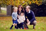 britains-prince-william-his-wife-kate-their-children-george-l-charlotte-pose-photo.jpg