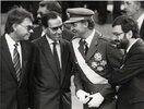 rey-juan-carlos-75-cumpleanos-hablando-con-felipe-gonzalez-alfonso-guerra-y-narcis-serra-en-1988.jpg