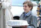 llevando-la-tarta-del-cumpleanos-de-su-hermano-miguel-en-2010-i-c.jpg