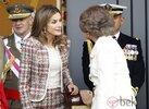 29677_princesa-letizia-reina-sofia-charlando-dia-hispanidad-2012.jpg